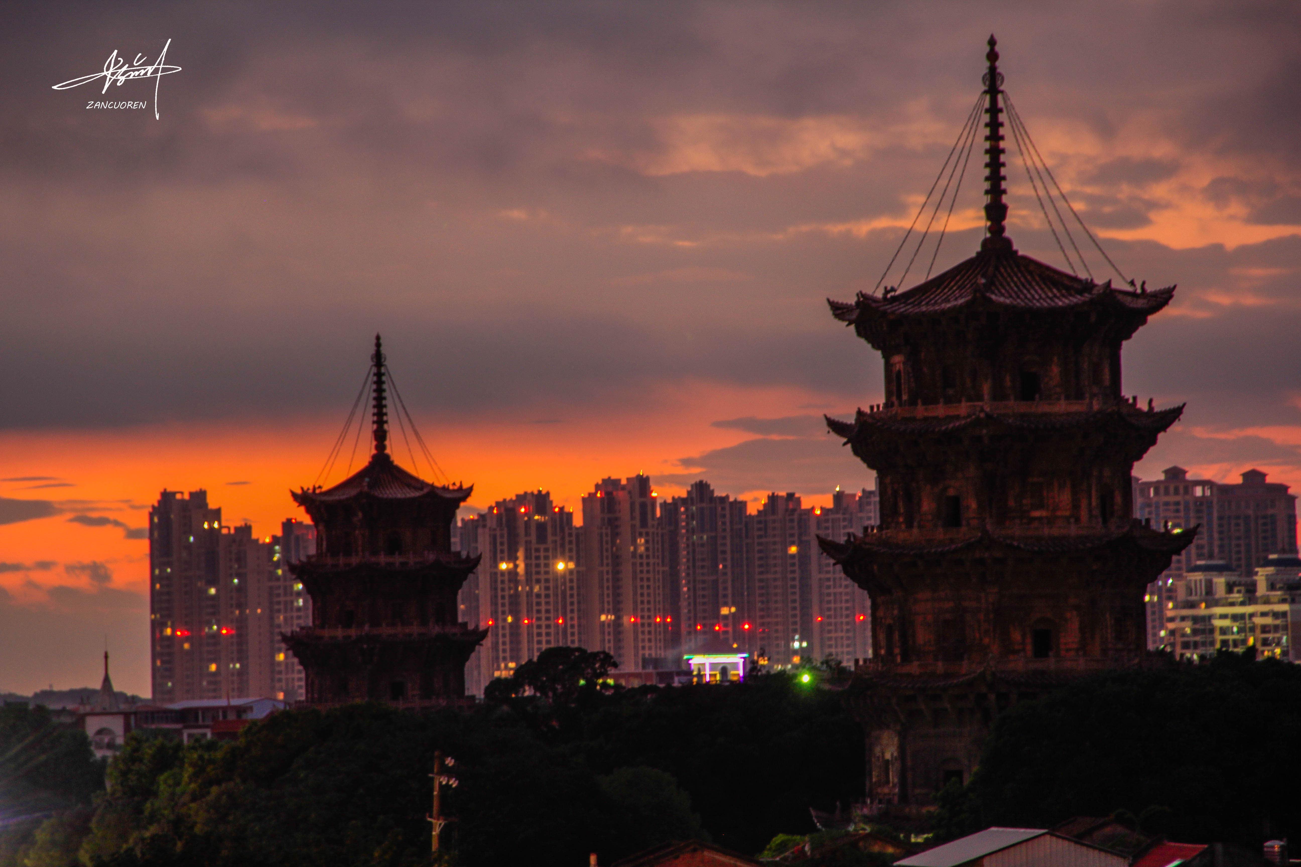 千年古寺,中国最高的石结构塔,东为镇国塔,高48.27米;西为仁寿塔,高45.06米。是中国最高也是最大的一对石塔。 镇国塔始建于唐咸通六年(公元865年),仁寿塔,始建于五代梁贞明二年(公元916年)。东西塔历经风雨侵袭,地震摇撼,仍屹然挺立,表现了宋代泉州石构建筑和石雕艺术的高度成就,是中国古代石构建筑瑰宝。东西两塔历经风雨侵袭,地震摇撼,仍屹然挺立,表现了宋代泉州[1]石构建筑和石雕艺术的高度成就,成了泉州古城的独特标志和象征。