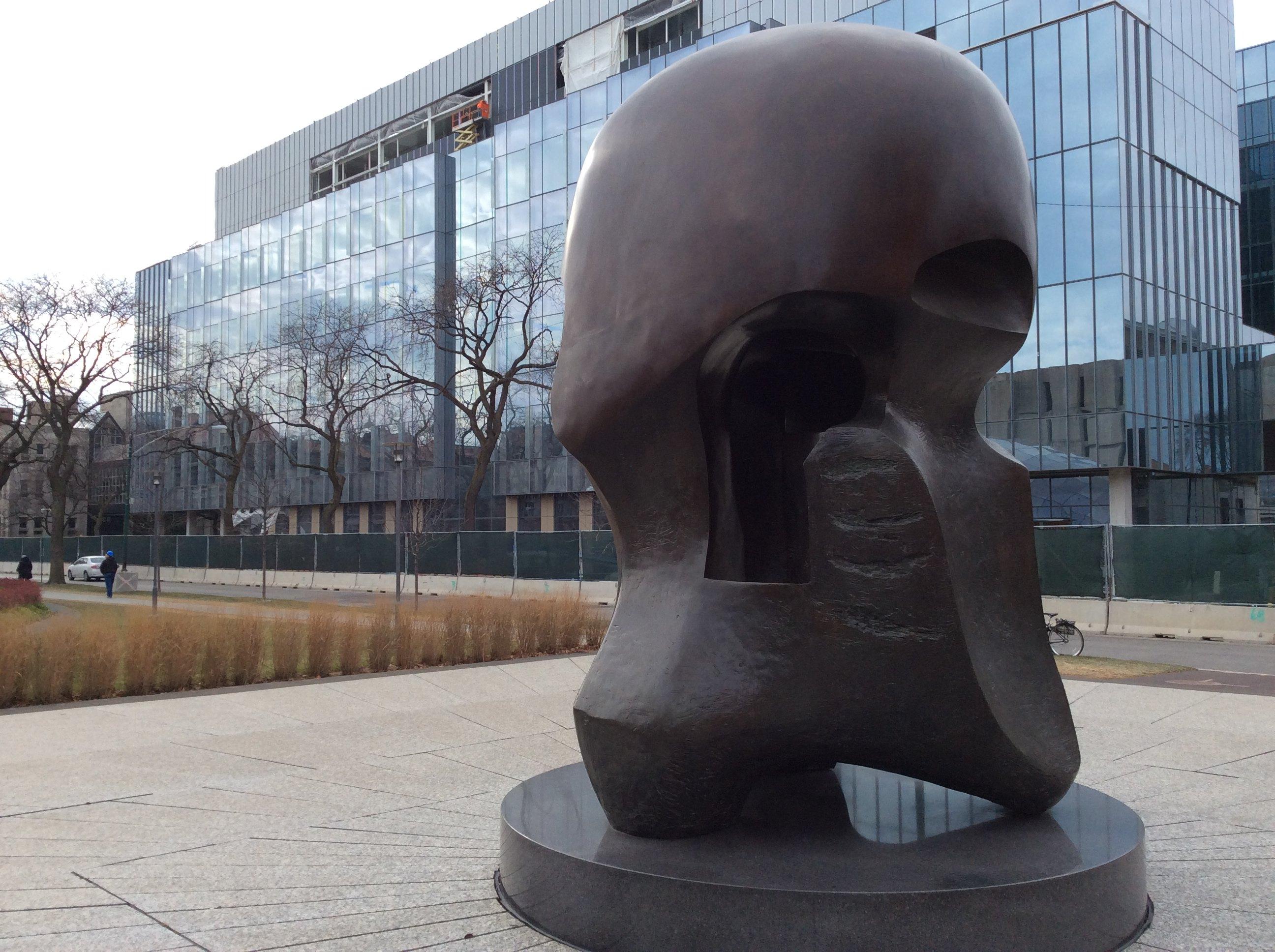 位于芝加哥大学校园内图书馆边的一个小广场上,是一个铜质的红铜铸件.