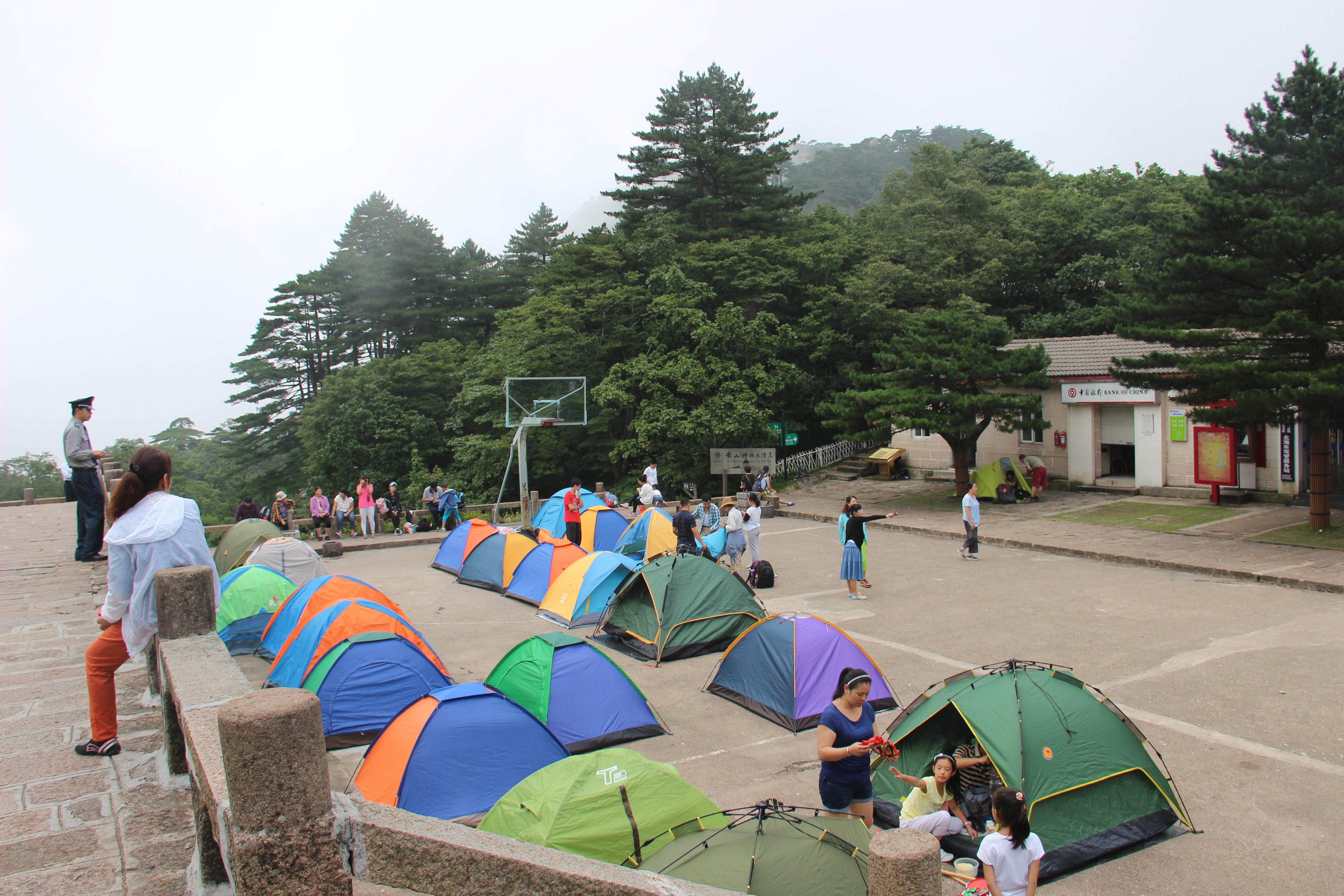 床单都是三天一换,但至少有热水有床睡,知足吧,好多人在宾馆外搭帐篷