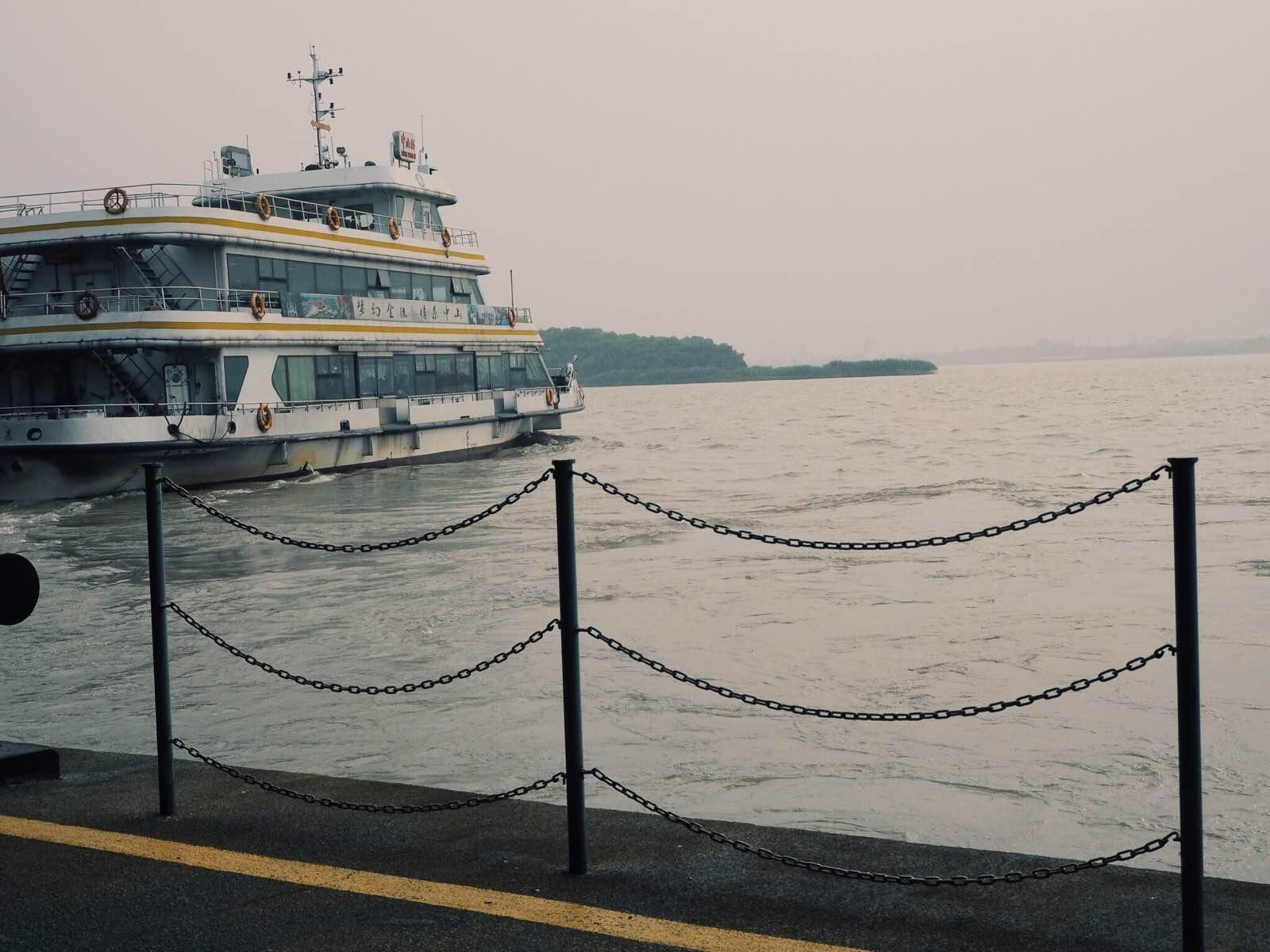 想到中山码头乘到浦口的轮渡,就像到了香港,忍不住要去乘乘天星小轮渡的感觉是一样的。父亲年轻的时候曾经在南京工作过几年,他记得那个时候,中山码头应该叫做下关码头,所以现在在长江上运行的宁浦线在旧时曾被叫做过关浦线。他也曾经从中山码头出发,做过轮渡回上海。
