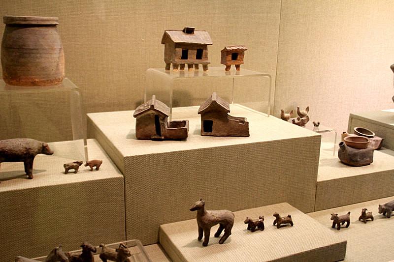 各种陶土制作的小动物和小房子