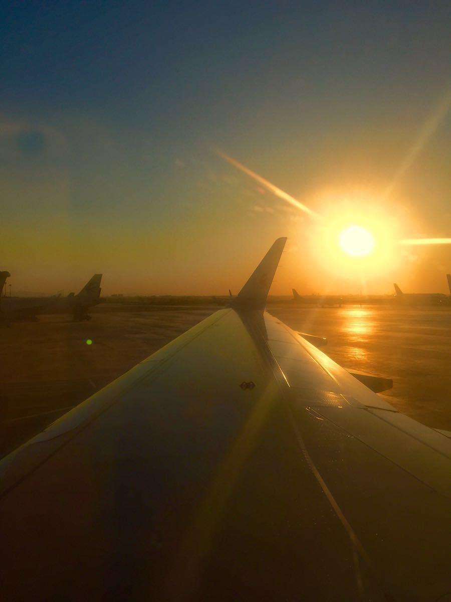 乌鲁木齐机场是西部重要机场,国际航班,去新疆各地航班都要在这里经停、中转。机场分三个航站楼,相矩不远,都不是很大。 T3航站楼好像是南方航空的基地之一。南航飞机全部在T3。国航飞机等基本在T2。从T3到T2走路大概10分钟。有连接通路,指示很清晰。 机场管理还不错,办理值机什么的窗口多,安检认真、快速。中转超过4个小时的还有专门的休息区。机场门口就有公交车,有机场巴士到市区。 缺点是候机区小点,座位不足。冬季机场经常大雾弥漫,航班延误多。