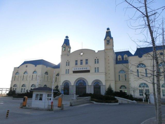 性自然科学博物馆,新馆为现代欧式建筑,坐落在风景秀丽的黑石礁海滨