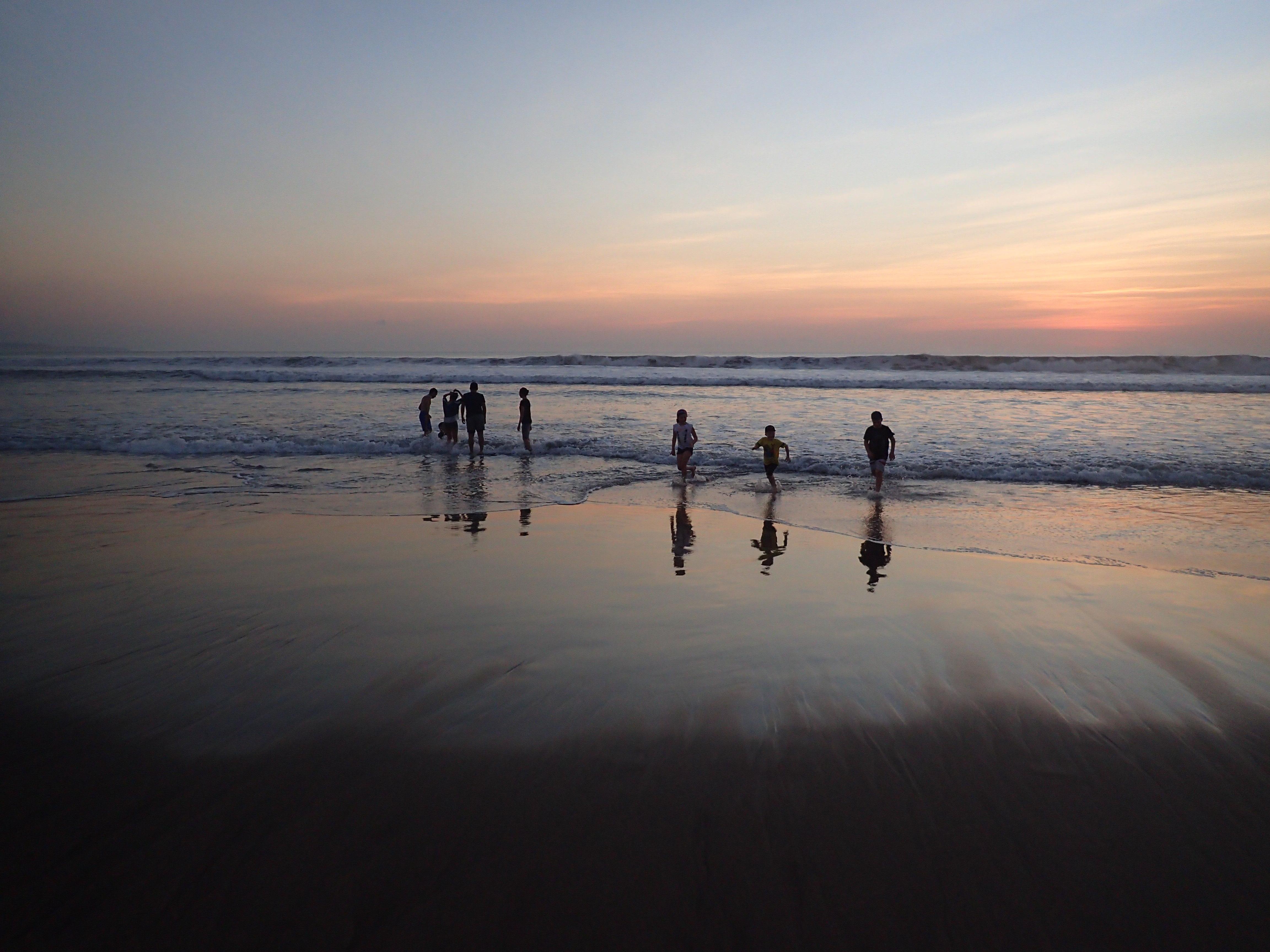 海灘邊都是國際五星酒店,來這里的中國游客居多,老外都去洋人街嗨了
