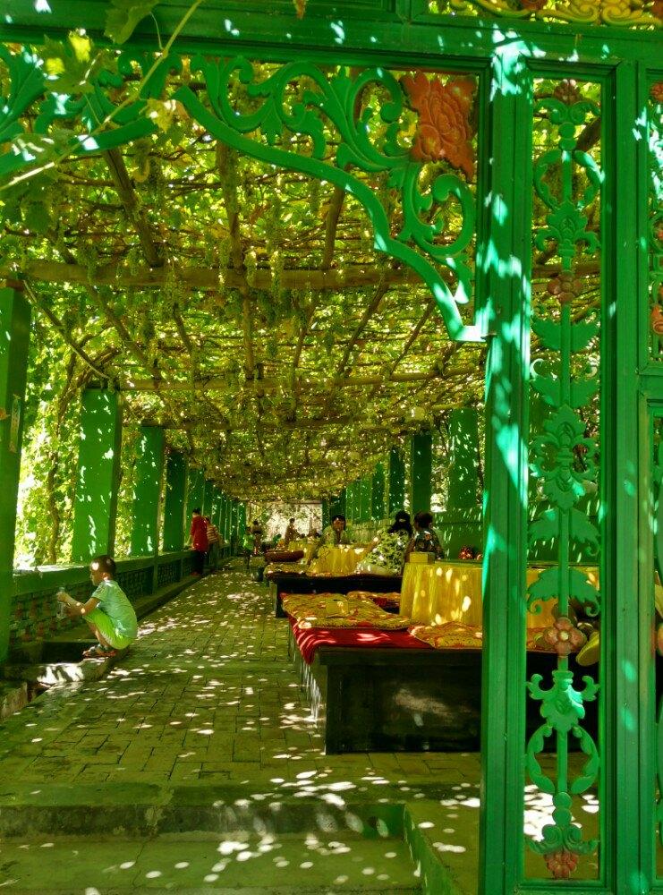 里面的农家乐真是坐在葡萄架下的炕里面吃新疆特色餐,别有一番风味.