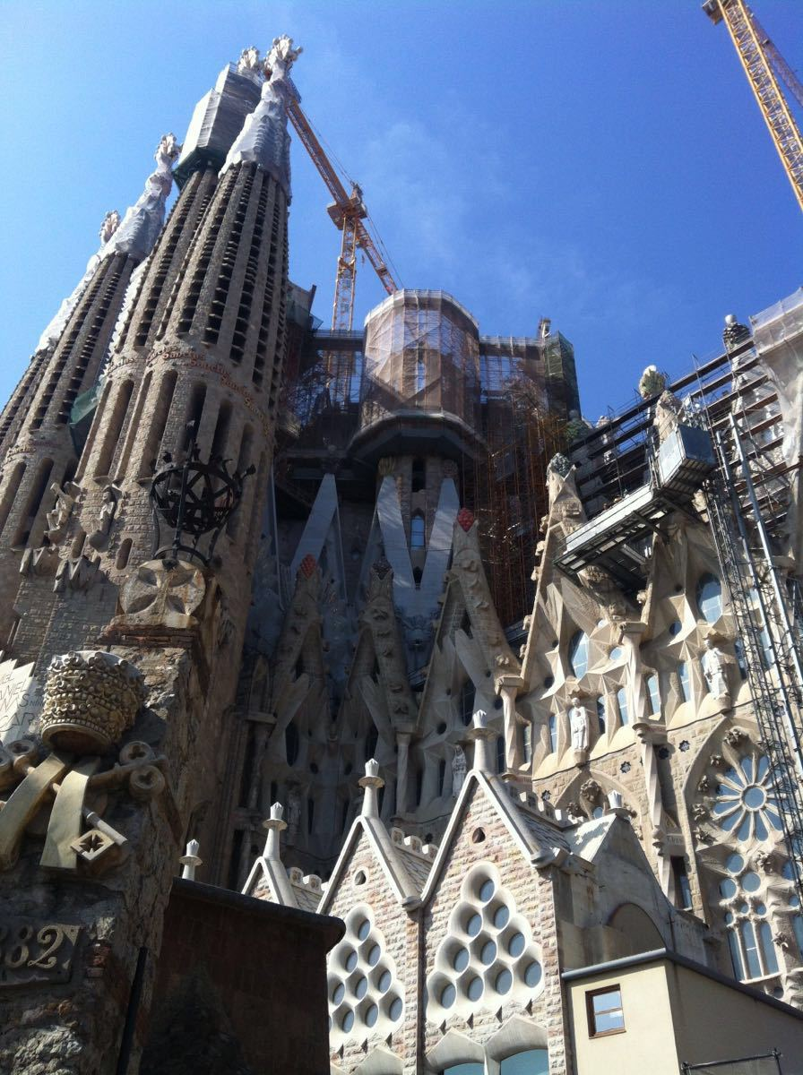 高迪的理念是教堂应该吸引人们走进去,他确实做到了,圣家堂的外墙雕刻