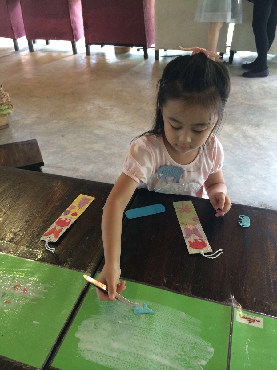 特别推荐带小朋友的家长们,可以跟小孩一起动手做纸,做书签等.