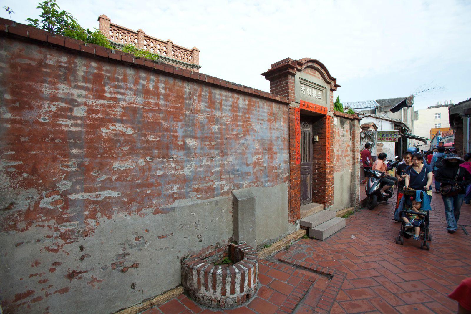 在井边的墙上有介绍它的故事,旧时只有富人有钱能凿井取水,因此鹿港富