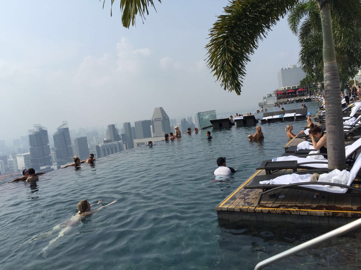 新加坡滨海湾金沙酒店(Marina Bay Sands )号称当今世上最昂贵酒店,于2010年6月23日的举行盛大开业庆典。当天,这个耗资40亿英镑打造、拥有室外泳池、观光平台、豪华赌场等高档设施的度假酒店正式对宾客开放,最令人叫绝的是,宾客们可以在游泳的同时,俯瞰新加坡的城市景观。世界上最昂贵的酒店这个室外泳池建在滨海湾金沙酒店55层高的塔楼顶层,是奥运会泳池长度的三倍,高度为650英尺(198米),是这一高度下世界上最大的室外泳池。
