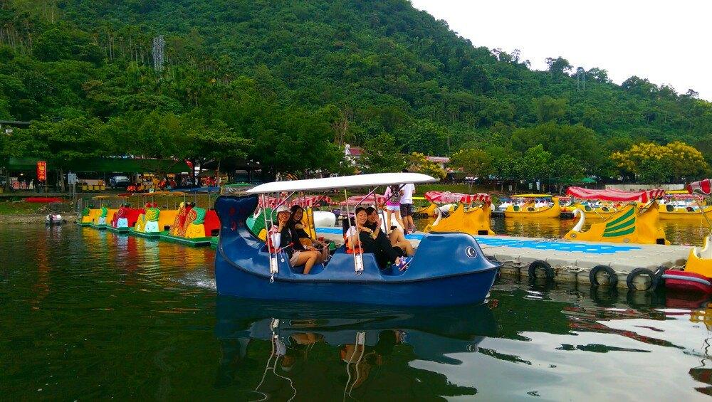 花莲鲤鱼潭风景区,客人踩踏船去玩玩.