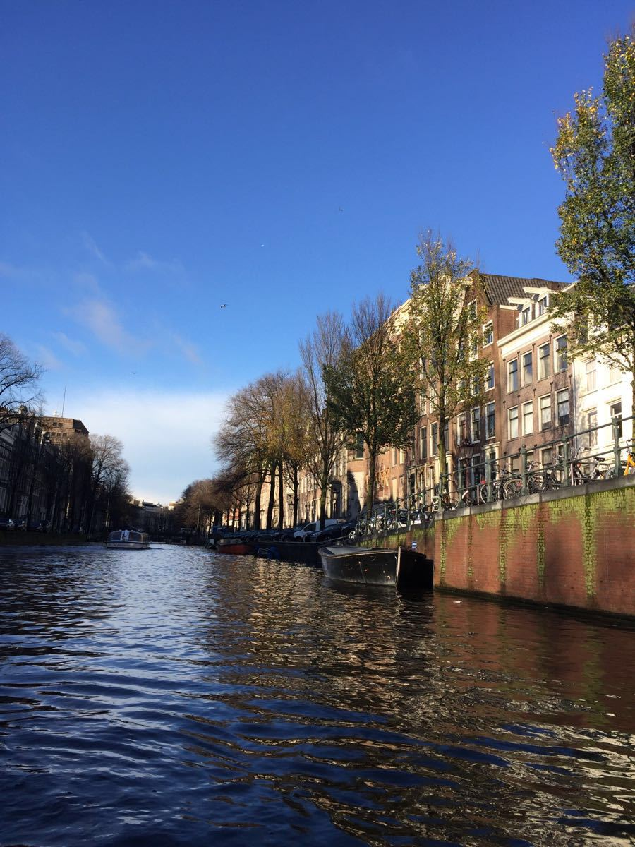 阿姆斯特丹的运河总长度超过100公里,拥有大约90座岛屿和1,500座桥梁,使得该市被称为北方的威尼斯。完成于17世纪的阿姆斯特丹运河带可谓城市建设和建筑设计的艺术品,十分美丽、漂亮。城市河网交错,河道纵横,有大小165条人工开凿或修整的运河道,河道上泊有两千多家船屋,虽然是船屋但设施齐全。乘玻璃船游览阿姆斯特丹才能真正体会水城的独特韵味,游船穿行在著名的河道间,河道两旁是典型的荷兰传统民居建筑。特点是房子正面和窗户都是细长的,这是因为当时征收房产税是按门面的面积征收,精明的荷兰人为了节省税都尽量减
