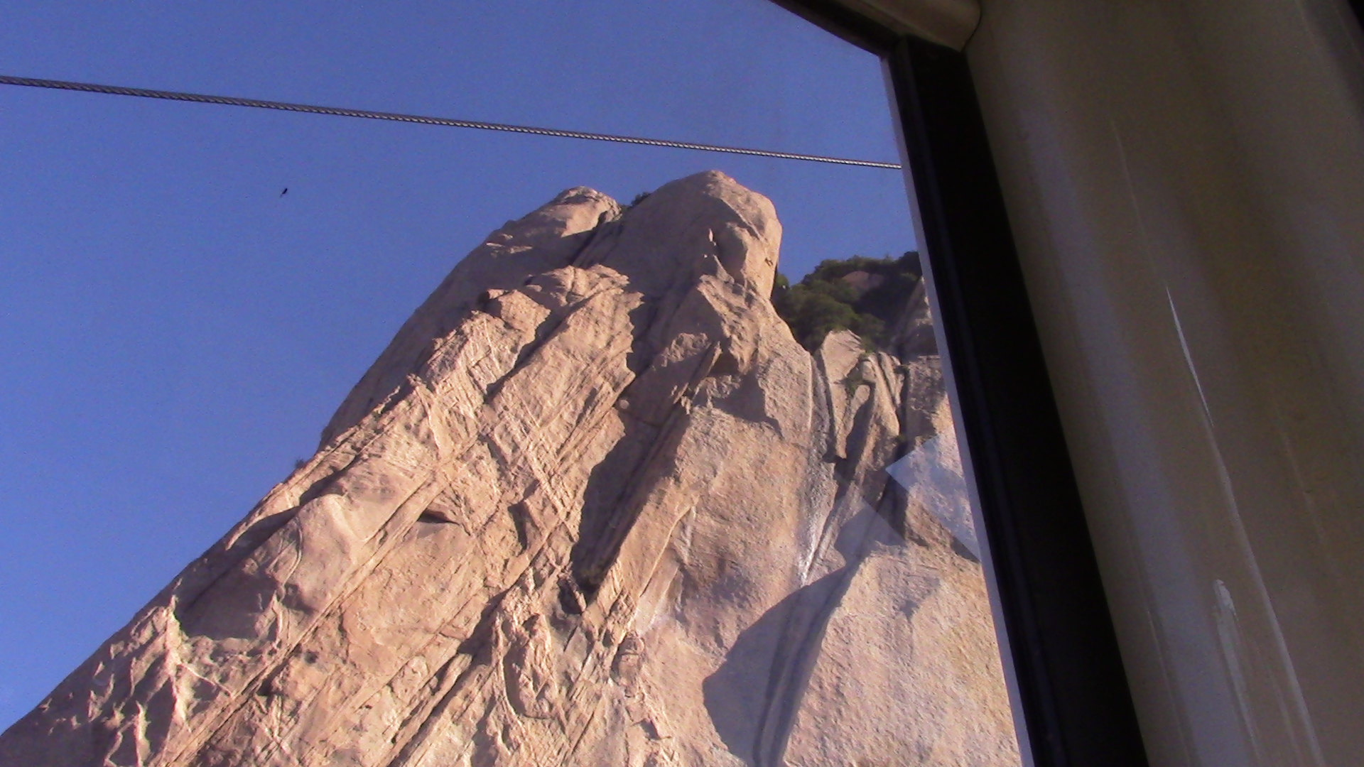 乘坐华山西线索道可以在最短的时间内到达华山西峰,索道大大节省了游图片
