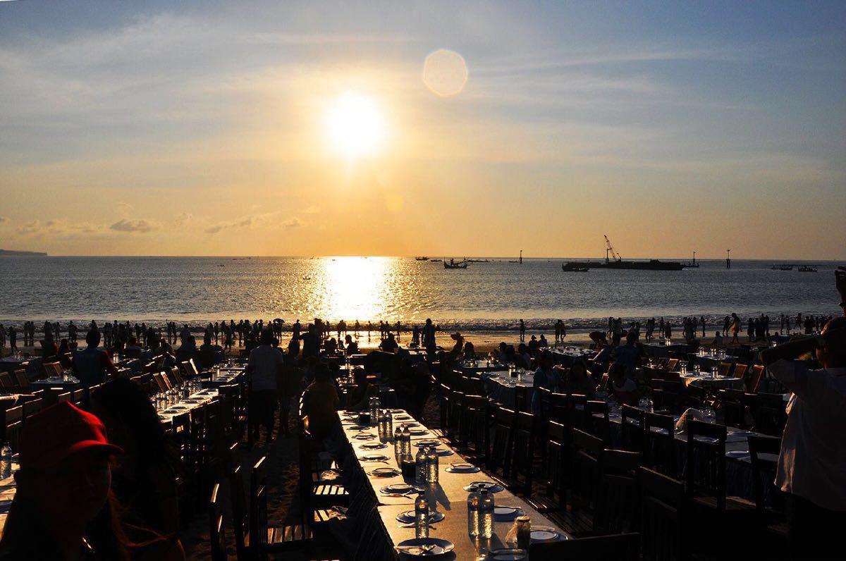 金巴兰位于巴厘岛南部西海岸,是观看夕阳的最佳位置,一直以来金巴兰都是以最美的夕阳著称。从机场开车大概20分钟路程,不是很远。建议傍晚早点吃完饭过去看。当然金巴兰沙滩沿岸很多好吃的,卖吃的,但是平均比其他地方都贵很多,而且味道一般。最好吃完去看。早一点过去,找个好位置,点一杯果汁,美美的欣赏,一杯果汁大概十几块钱。很好喝,沙滩上有卖烤玉米的,非常好吃,但是烤的海鲜之类的就贵,而且不好吃。