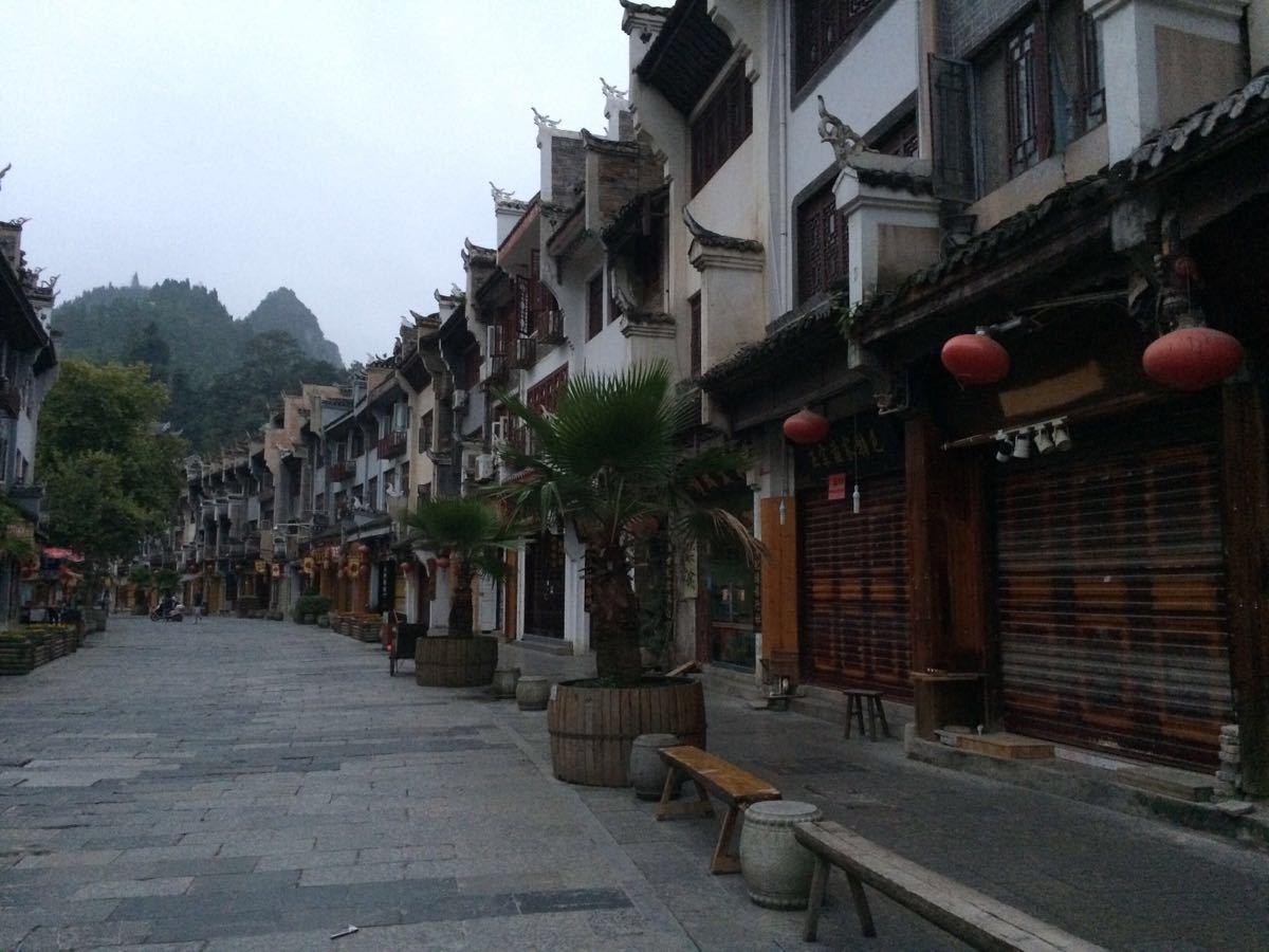 镇远古镇是贵州省四大古镇之一,并评为中国最美的十大古城,有两千多年历史。城中舞阳河水蜿蜒着以S形穿城而过形成太极图,故又称八卦古镇。古镇建筑带有徽派的风格,还保留着许多古屋、古井、古巷,巷道曲折悠长,却四通八达。舞阳河水碧绿,杨柳依依景色很美,河边有很多餐厅、酒吧和咖啡馆。