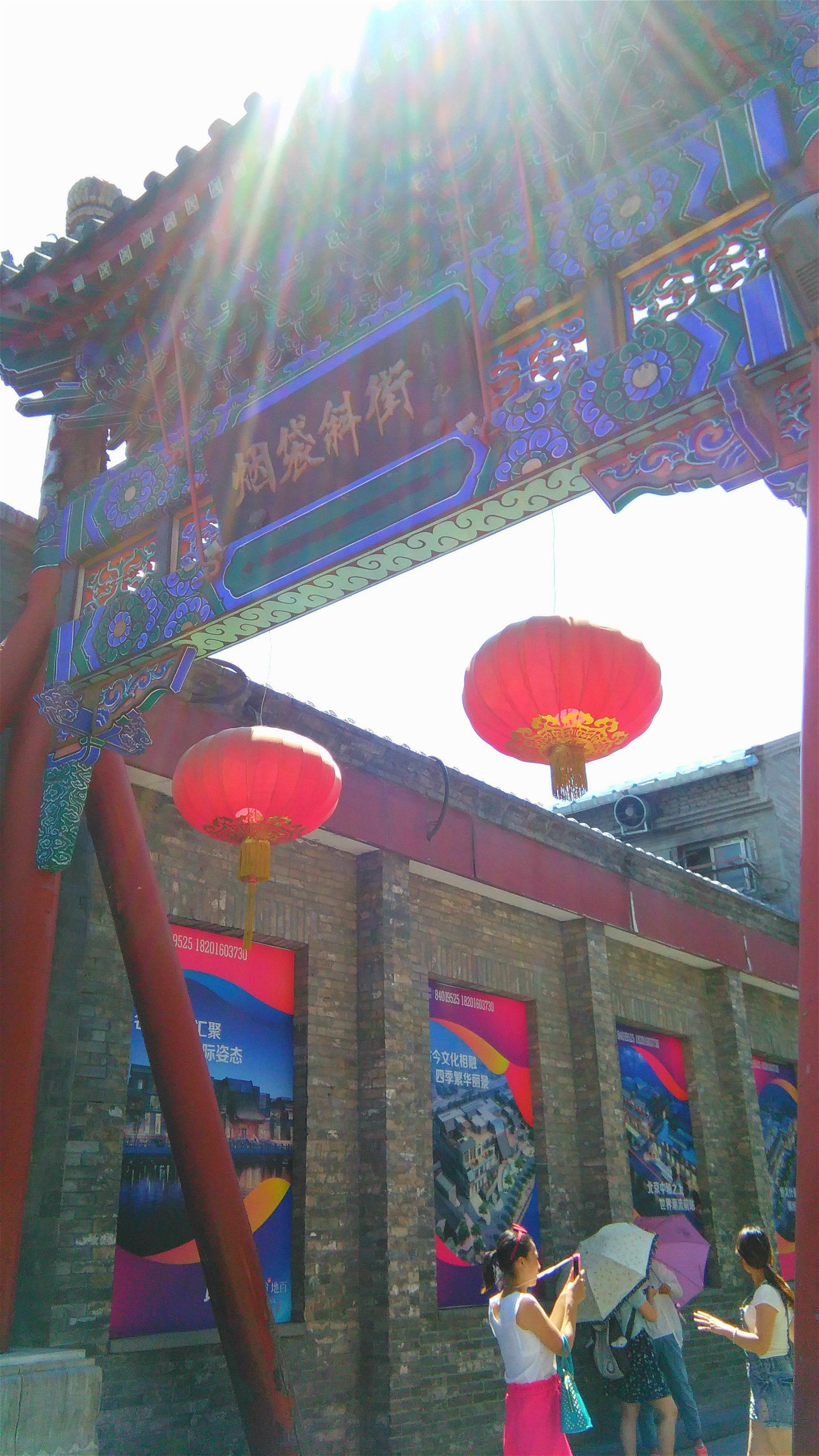 已经到了鼓楼就顺带着进这去走一走了。鼓楼景区其实是由钟楼和鼓楼二重建筑组成的,鼓楼在前钟楼在后,鼓楼在北京中轴线景山的北端,它坐落在高达4米的台基上,是一座红墙朱栏与兽脊飞檐的高楼,鼓楼最早修建于元朝,名字叫做齐政楼,我们现在看到的是在明朝时候重新修建的鼓楼。