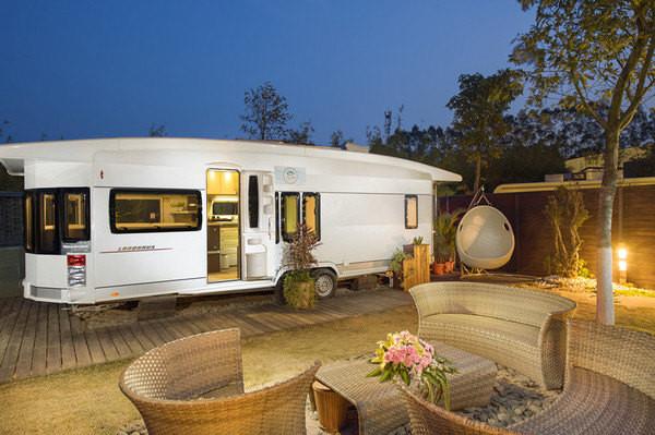 房车度假营地共有54间房车和木屋院落,各具特色,一车一院落,一步一