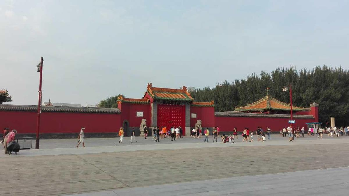 和北京故宮比沒有那么大,沒有那么輝煌,但是有它的特色,值得一游。沈陽故宮的三路建筑是分期建造的,布局卻是一氣呵成,完整和諧。特別是三路建筑分別代表了八和碩貝勒共治國政、皇太極南面獨尊、康乾盛世三個時期社會發展的基本特征。建筑是凝固的歷史,從總體來看,沈陽故宮以建筑的方式反映了滿族政權和滿族社會由崛起興盛一高度發展的歷史進程。