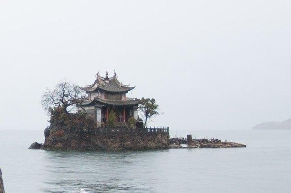 小普陀岛虽然小,但名气很大,在介绍大理的画册中从来就少不了它.