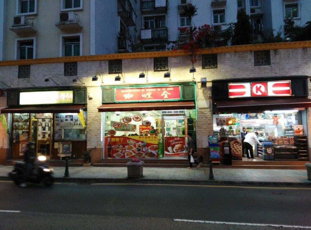 店铺装修比较普通,风格就像90年代的香港茶餐厅