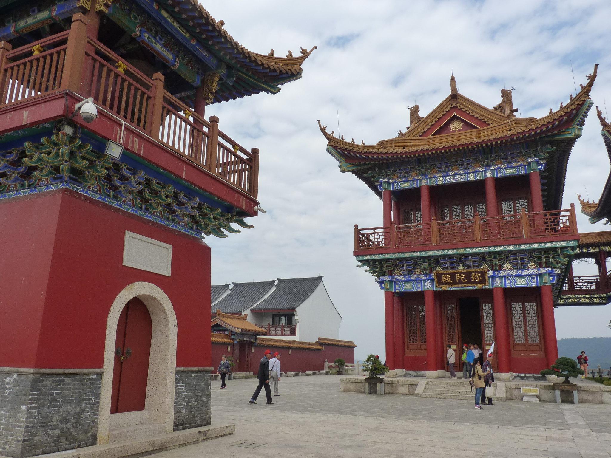 寺庙连廊21世纪-中间三座建筑楼上有连廊相接