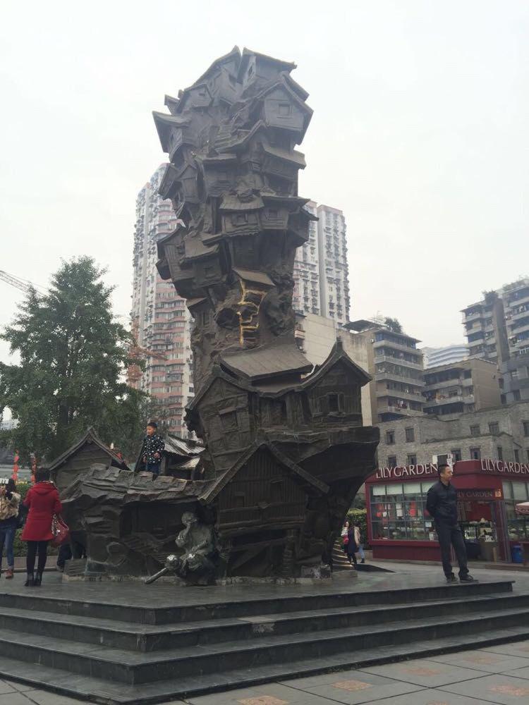 酒店门口,洪崖洞标志的雕塑 展示老重庆吊脚楼
