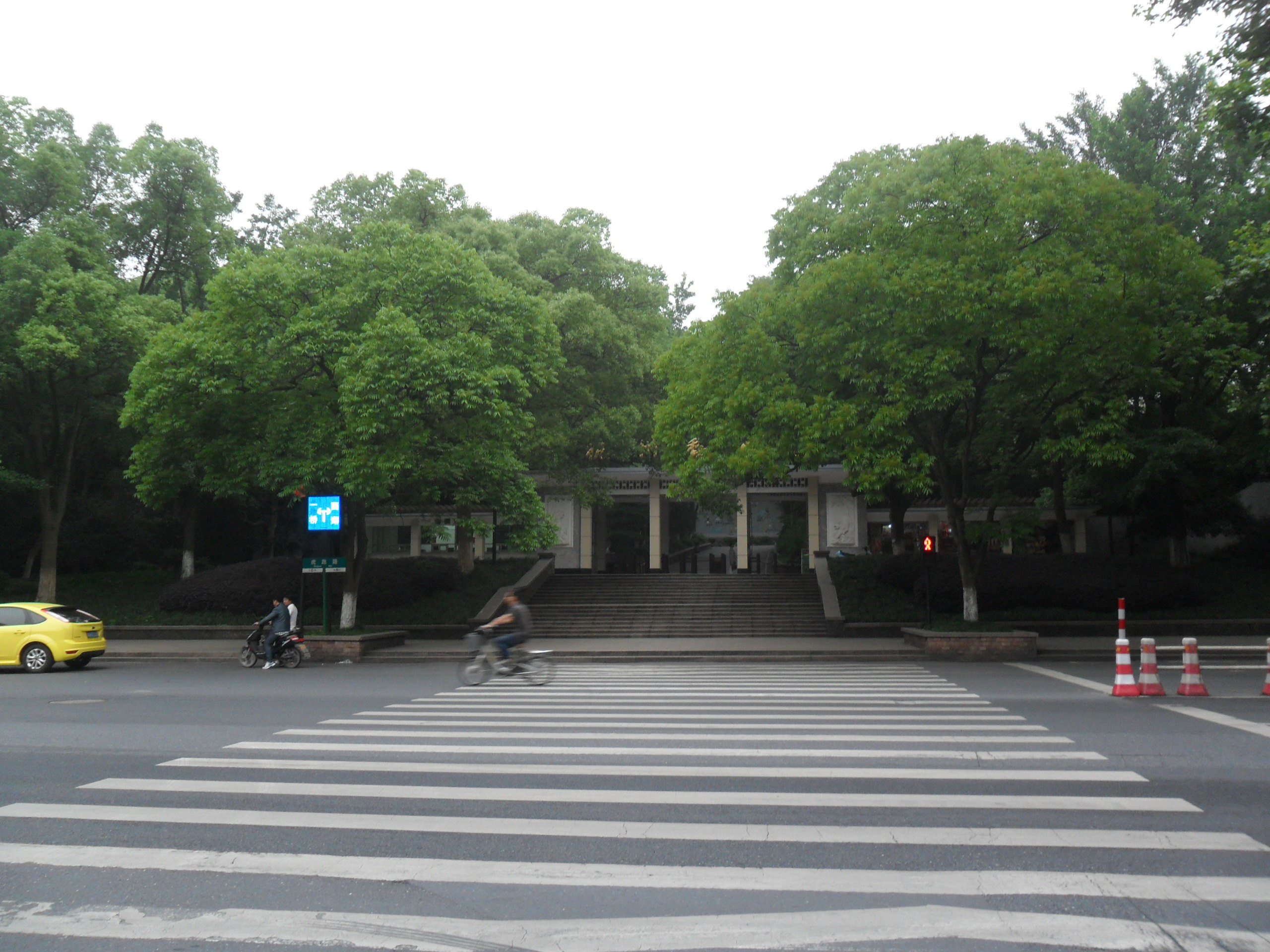 四眼井坐落于虎跑路交叉口,杭州动物园斜对面处,虎跑