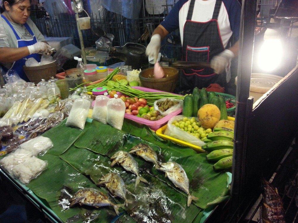 这个夜市就在班扎海鲜市场门口,琳琅满目,什么都有,大虾看的流口水哦图片