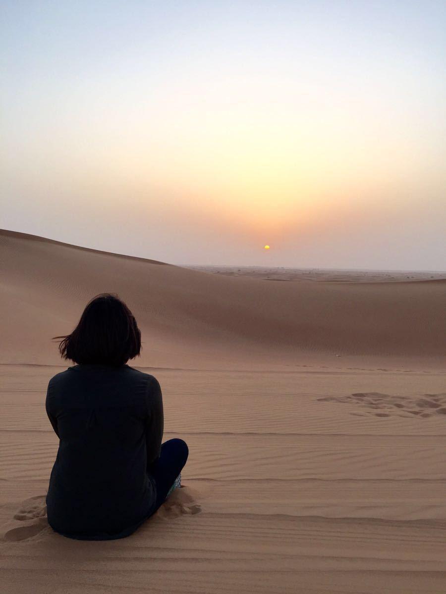 回到Dubai之后,行程也终于进入倒计时,list里的最后一个项目:沙漠冲沙。活动项目的整个流程都是非常熟练的标准操作:从酒店接车,到沙漠的冲沙和停留拍照,再到营地晚餐和表演等等,相当地商业化。一路飞速前行,抵达冲沙的这片区域,其实已经不属于Dubai,而是Sharjah了。虽然冲沙本身还算比较有地域特色,但其实并没有过于刺激过于惊险,只不过一车小伙伴可以聚在一起,共同尖叫&欢笑,也是超happy哒 ()燃鹅,其