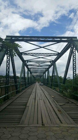 这是一座钢架结构的桥梁,始建于二战期间.