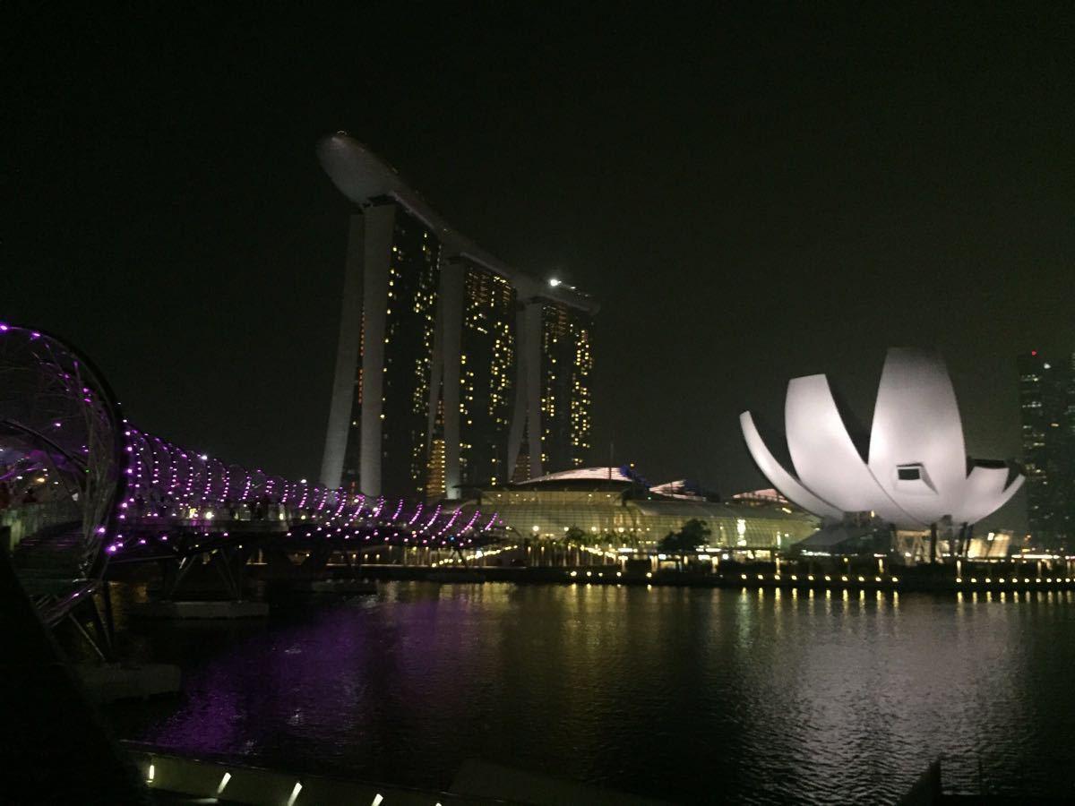 在新加坡的最后一晚住在金沙酒店,就是为了体验一下57楼的无边泳池,先前住在丽思卡尔顿,金沙与之相比,大堂人很多,很嘈杂,房间小了不说,设施也差,浴巾很糙,洗发沐浴产品很普通,服务也差,check in时一脸看不起的样子,也许是携程订的房间,开始只肯给4楼的面对滨海湾花园的房间,还说已经没房间了,要知道我是提早三个月就订的至尊房,据理力争才给了22楼面对滨海湾花园的,新加坡正好雾霾,据说要到明年一月才会有蓝天,所以57层还是等到晚上看夜景,走到酒吧观景台才觉得好,俯瞰整个滨海湾,真得很漂亮,不过前几日住在丽