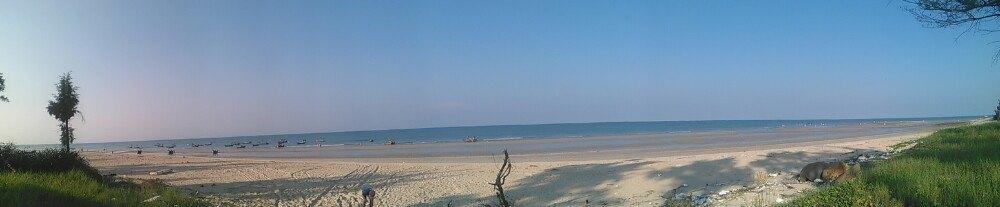 贝壳沙滩可下水游泳,也可玩水.我们还见人摸到好大一只海参.