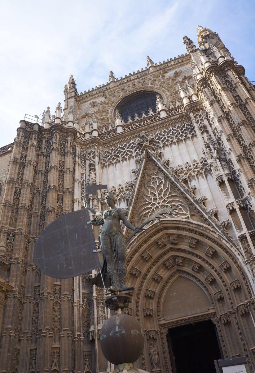 这座天主教堂不紧外观美,内部结构更是惊叹.这也是世界大三教堂之一.
