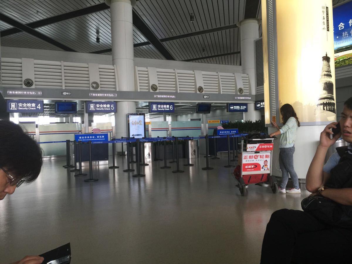 今天因为自己的原因,八点半的飞机,我们八点零五分办理登机牌,结果被告知已经不办了,还有二十五分钟才起飞,为何就不办了?在之前也没人告诉我起飞前多长时间就不办登机牌了。这样的结果造成我们既多花钱,又耽误时间。太原机场是个很小的机场,早上根本没人办理,为何如此死板,让人不理解,态度也不好。