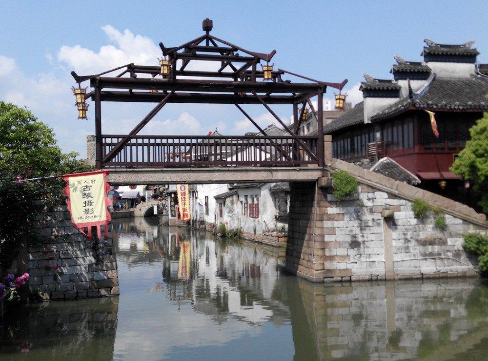 国庆6号去的,人多游玩质量难免打折扣,同里古镇属于江苏省苏州市吴江区,位于太湖之畔,紧靠市府所在地,自宋代建镇距今已有一千多年历史。镇区内始建于明清两代的花园、寺观、宅第和名人故居有数百处,川字形的15条小河分隔成七个小岛,而49座古桥又将其连成一体,以小桥、流水、人家著称。