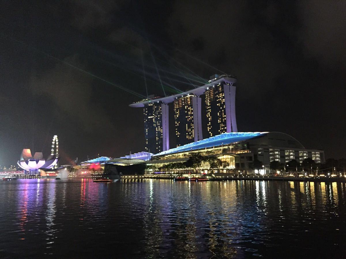 新加坡濱海灣金沙酒店,又是一個超級豪華超級奢侈的酒店,它現在號稱是當今世上最昂貴酒店,當然旅行的預算讓我們去新加坡不可能入住這麼奢華的酒店。但是我們還是買了參觀的門票參觀了位于酒店五十五層高的塔樓頂層的游泳池,據說這個創意,可以邊游泳邊從高處新加坡城市風景的創意已經被稱作為世界的建築奇跡,可惜二十塊錢一個人的觀光票,只能去頂層前端的區域,包括一個酒吧,不能到達泳池那部分。希望下次來新加坡玩,有機會能入住這家酒店呀,據說這家酒店的預定其實很火爆的,里面還設有豪華賭場,相當奢華。