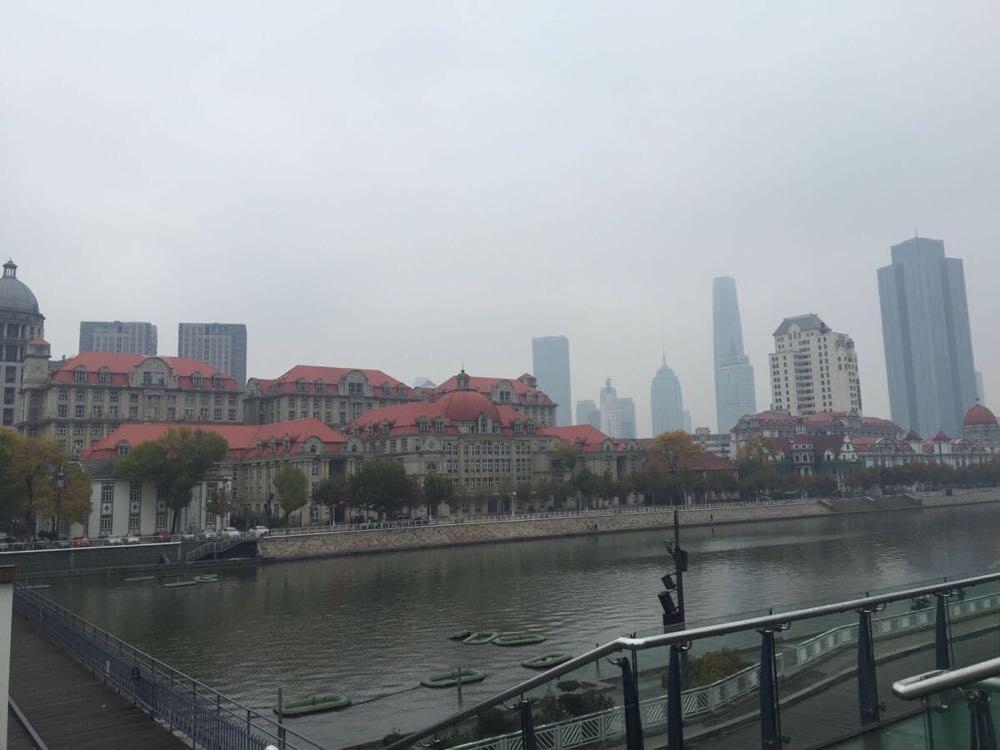 常在北京出差,虽然天津和北京很近,却从未踏足天津。周六加班回到酒店,躺在床上看电视,换到天津台,突然一个去天津转转的念头浮现在心中。既然想到,咱就走起,别将事件浪费在犹豫和规划中。11月8日周日7点起床,酒店吃完早餐,打车直奔北京南站。买了8点半的城铁票,9点就到了天津,真是方便。天津明显比北京冷,天上还飘着细细的秋雨,秋意正浓。出来车站,一路都是徒步,行程20公里,历时5小时,真是佩服自己,哈哈。要想深入了解一个城市,徒步是最好的方法,车只能是走马观花。 路过四平东道,看道排长队买牛肉馅饼,本想也买个尝