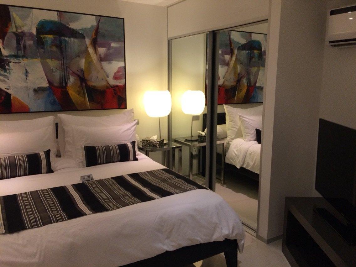 byd位置闹中取静,位于巴东海滩临街小巷里,在临街阿曼达酒店白色牌楼