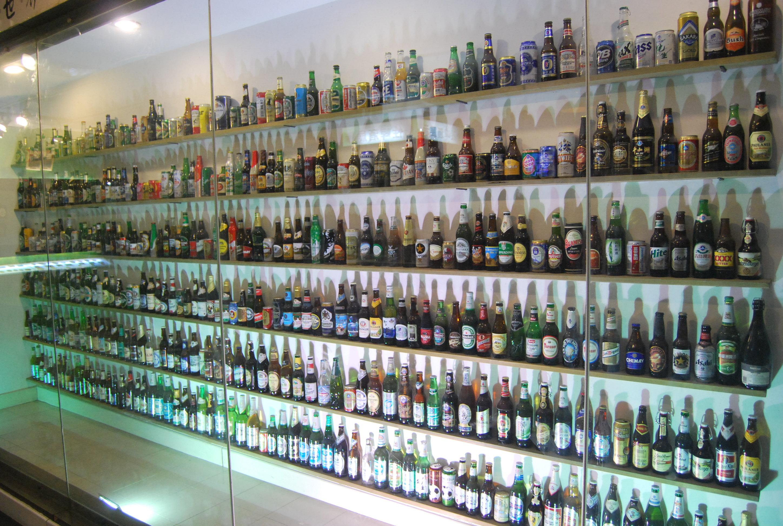 聞名中外的青島啤酒是青島這個城市的閃亮招牌,來到青島,一定要暢飲一杯青島啤酒。如果對青島啤酒的歷史、企業文化和生產流程有興趣,就要來博物館尋找答案了。交通:位于青島市登州路上,比鄰啤酒街,交通方便,多路公交車可到。門票:博物館有多種套票,其中普通的成人票旺季是60元,送兩杯啤酒(純生和原漿各一杯)和一包啤酒豆。旺季和淡季價格會有所不同,最好到之前從網上預訂,價格會比較便宜。青島啤酒博物館是由青島啤酒股份有限公司投資建立的國內唯一的啤酒博物館,建立在百年前的青島啤酒老廠房之內,外部建築仍為德式風格。博物館分