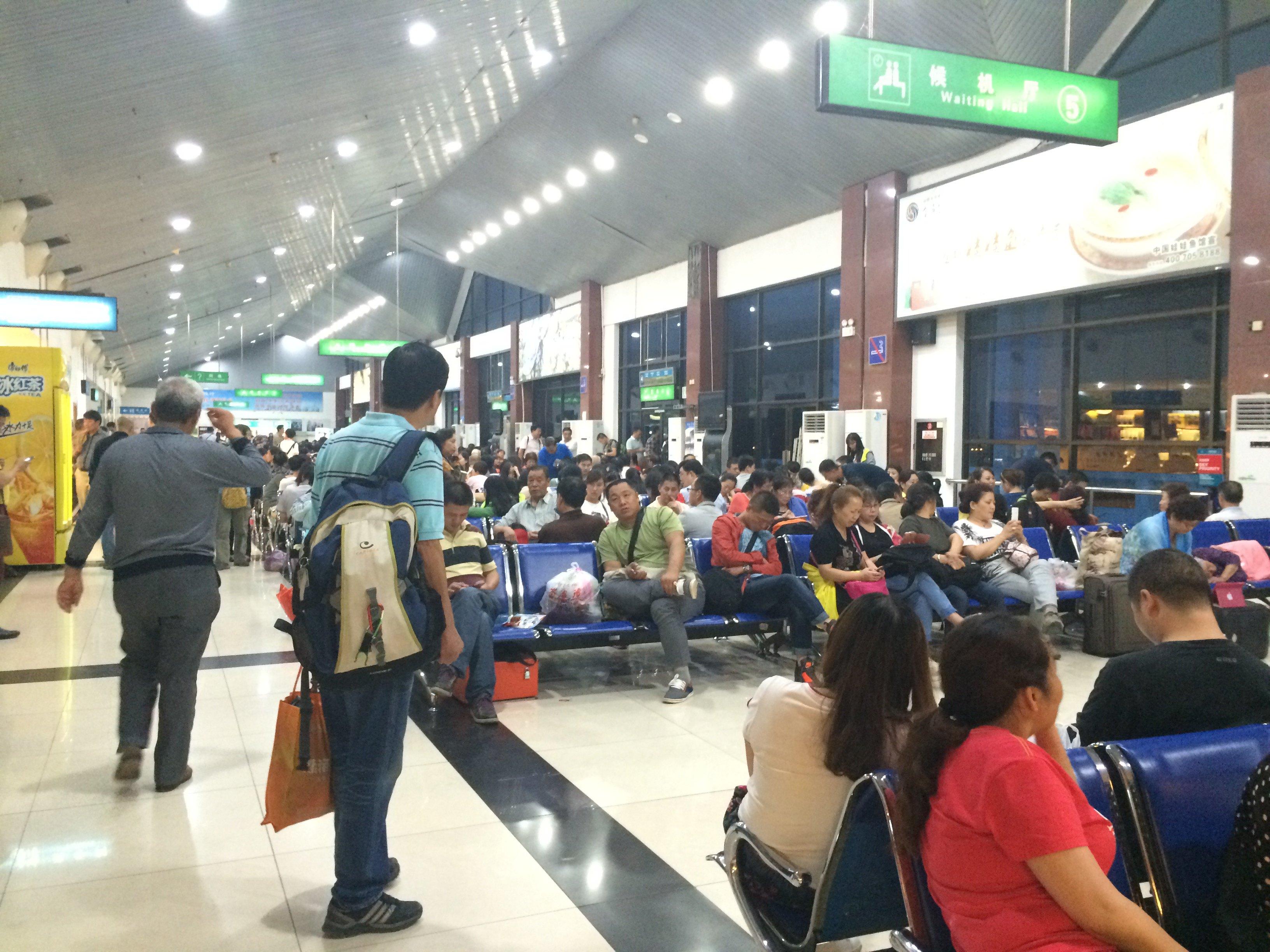 机场非常的小,国内到达只有两个非常小的转盘,不过行李到是出的挺快,而且晚上到达后发现竟然没有机场大巴,真的是挺无语的。出发站的大厅感觉最长的距离也就是五十米,进到候机厅后所有座位都坐满了人,而且墙上的插座稀稀拉拉几个还有坏的。感觉真的是需要重建,毕竟张家集也是个旅游大城市。
