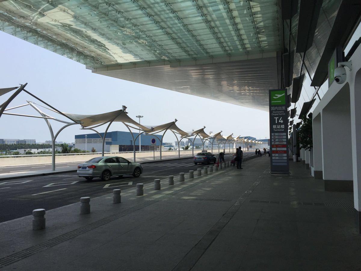 廈門高崎國際機場目前從2014年11月開始, 就開始啟動T4航站樓, 但是原來大家熟悉的T3還是繼續給廈航, 南航, 河北航空跟國際航線使用, 其他都轉移到T4航站樓, 所以搭飛機的朋友們, 不要走錯航站樓。 交通:目前去廈門機場T3或T4最方便的方法就是打車, 而且廈門島內而很小, 所以從廈門最南點(夏大)到機場的話, 基本上就差不多在70-80, 如果從SM廣場的話, 打車就差不多20, 所以基本上, 在廈門打車去機場價錢還算可以。到T3的話, 也是可以搭公交車, 但是需要走出航站樓外去外面公交牌等候