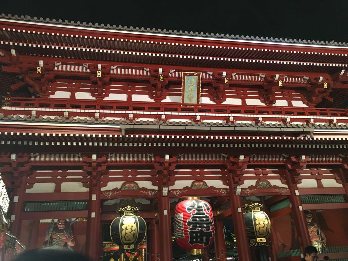 晚上特别热闹听说浅草寺的签特别灵!