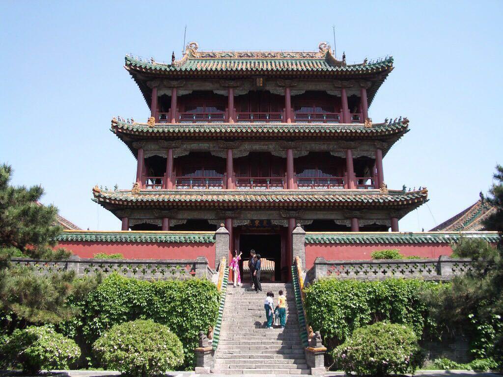 門票取起來很方便,正門對面就是,我去的挺晚的,工作人員還特地打電話來詢問,說如果3點前趕不到趕緊先退了,免得作廢不劃算,好貼心。沈陽故宮地理位置很方便,很容易就能找到。占地面積不算大,因為叫故宮了總會讓人忍不住跟北京的比,事實上它的門票價格跟北京故宮博物院一樣一樣啊!可是可以參觀的地方和物件也太少了基本都是空房子,落著厚厚的灰里面的布局么,看過大玉兒的我覺得基本都很熟悉了,我媽就老熟了,四個后宮四個妃子背書似的都門清。