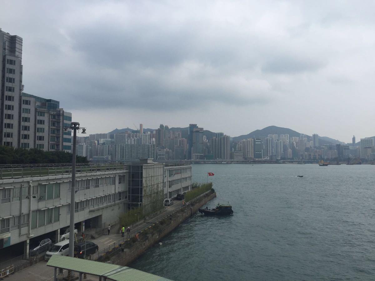 尖沙咀(亦作尖沙嘴,古称尖沙头,旧名香埗头;英语:Tsim Sha Tsui)是香港九龙主要的游客区和购物区。区内亦设有多个博物馆和文娱中心,饮食业和酒吧等也相当蓬勃。现代香港年轻人多称尖沙咀为尖咀或老尖。一般都住在这里,交通相对方便,房价也还合适。离海港城、维多利亚港都不远,关键是好吃的多。