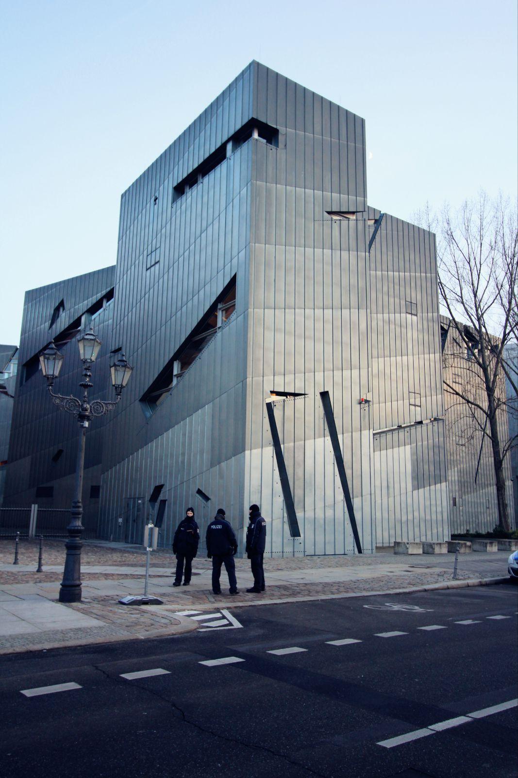 博物馆必须从隔壁的德国历史博物馆出入,这也象征了德国和犹太人历史