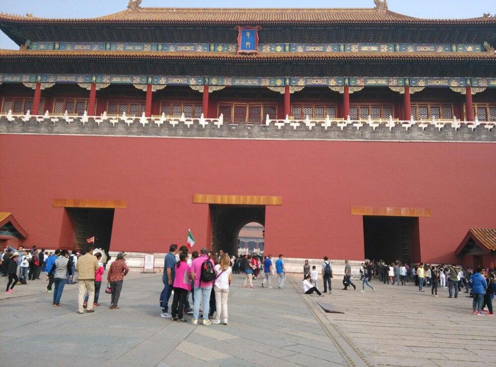 带着孩子去北京,故宫还是一定要去一下的,去看看古老的皇城。 去故宫的话,最好的交通还是地铁,做地铁到天安门东站下,出站后右转,就可以看到去故宫的在排队了,因为去的人真的很多,哪怕我们去的那天是下雨天,人也还是不少。排队的地方,进去之前是需要安检的,然后还要看一下身份证。过了后,还是要走很多路的,要走过天安门,一直往前走才是故宫。 进入故宫要买门票,门票价格倒很合理,60元一个人,小孩身高没有到1.