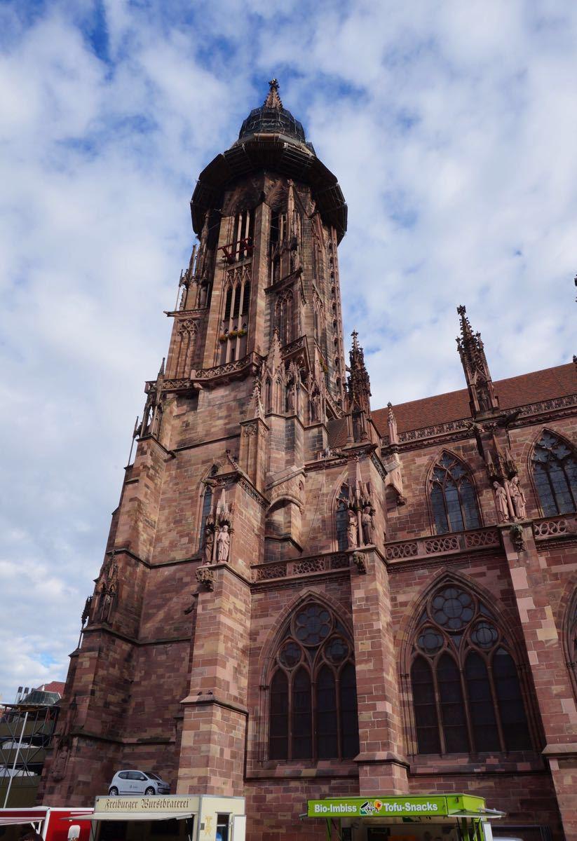 弗莱堡大教堂是典型的哥特式建筑,美丽的钟楼图片