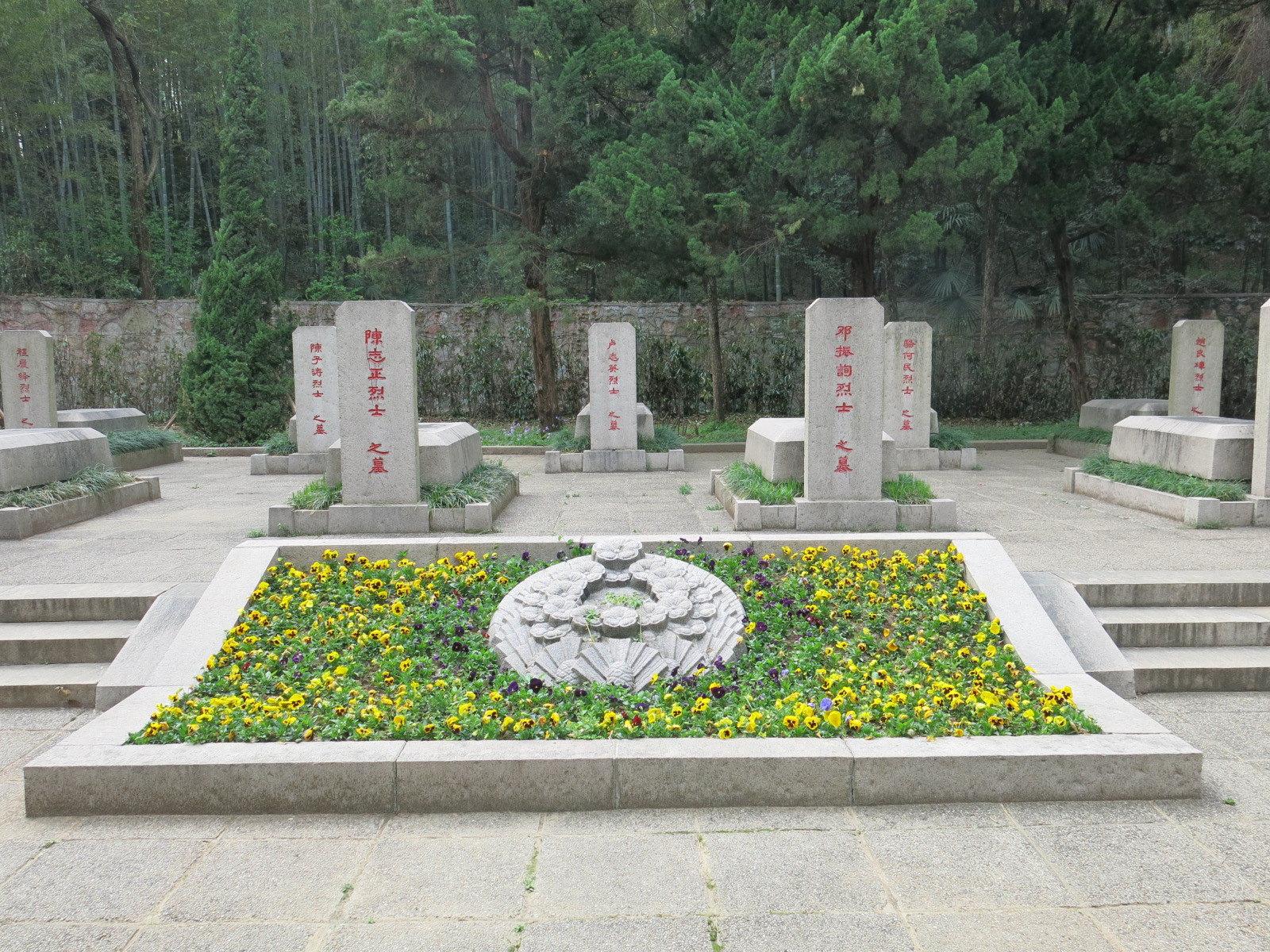歷史背景:1927年蔣介石發動四一二政變叛變革命到1949年新中國成立前夕,雨花台變成了國民黨屠殺中國共產黨員和愛國人士的刑場。這二十二年中,約有近十萬的共產黨人、工人、農民、知識分子等革命的志士、愛國人士在此被殺害,壯烈犧牲,這里撒滿了烈士們的鮮血。1950年,南京人民為了紀念革命先烈,在這里興建了雨花台烈士陵園