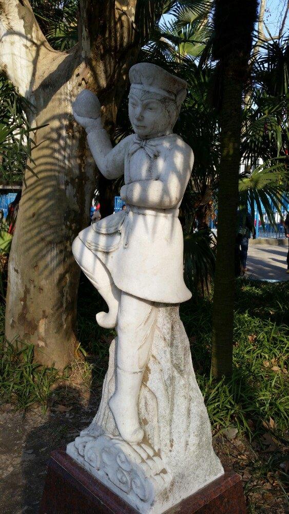 今年是猴年,杨浦公园儿童乐园景点处有很多与猴子有关的雕塑