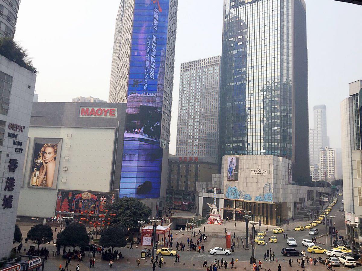 位于江北区观音桥是重庆最爱的步行街商业街