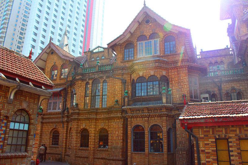 馬勒別墅是英籍猶太人馬勒於1927年建造的私人花園別墅,工期歷時九年,於1936年竣工。馬勒別墅的主體建築為三層斯堪地那維亞式挪威風格建築,宛如童話世界裡的城堡。馬勒1919年來到上海,靠海運和賭馬成為富商。據傳,馬勒別墅的建造基金,便來源於賭馬所得,因而,在別墅的花園裡,鑄有一尊青銅馬。馬勒的女兒從小生活在上海,有一天,小女孩兒做了一個神奇的夢,她夢到自己擁有一座安徒生童話般的城堡。於是,小女孩兒的父親艾立克·馬勒決定按照女兒的夢境建造一幢極具北歐風情的夢幻別墅。別墅剛建成,就遇上了